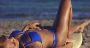 Mulher bronzeada que embebe acima o sol do verão Fotografia de Stock