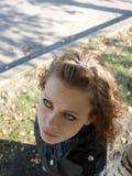 Mulher Brown-haired perto de um vidoeiro Imagens de Stock Royalty Free
