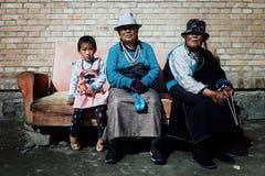 mulher budista tibetana do peregrino e uma moça que espera fora de um templo em um sofá imagem de stock royalty free