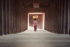 Mulher burmese que põe a cesta de bambu imagem de stock
