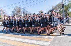 Mulher-cadete da academia de polícia que marcham na parada Imagens de Stock Royalty Free
