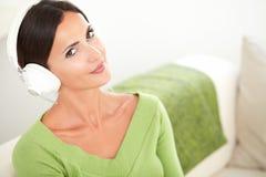Mulher calma atrativa que escuta a música Imagem de Stock Royalty Free