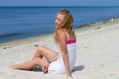 Mulher calma bonita nova na praia que contempla o mar e que relaxa Imagem de Stock