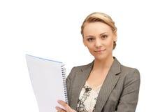 Mulher calma com bloco de notas grande Imagens de Stock