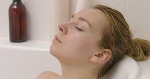 Mulher calma no banho video estoque
