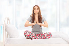 Mulher calma que medita com seus olhos fechados Imagem de Stock