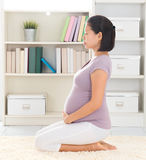 Mulher calma que medita em casa Foto de Stock Royalty Free