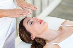 Mulher calma que recebe o tratamento do reiki Foto de Stock Royalty Free