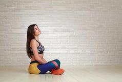 Mulher calma relaxado que descansa após exercícios da aptidão Fotografia de Stock Royalty Free
