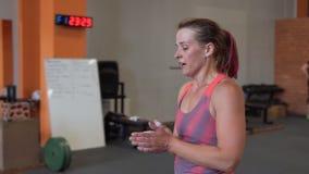 Mulher cansado da aptidão que anda no gym video estoque