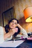 Mulher cansado e trabalho em casa na noite imagens de stock royalty free