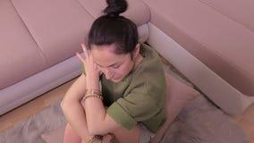 Mulher cansado que boceja e sono do começo filme