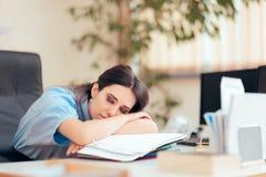 Mulher cansado que trabalha horas extra no escritório fotos de stock royalty free