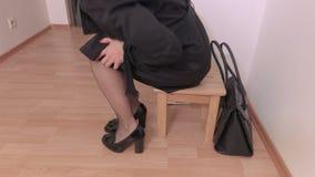 Mulher cansado que vem em casa do trabalho vídeos de arquivo