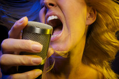 A mulher canta com paixão Imagem de Stock