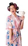 A mulher canta o karaoke no secador de cabelo foto de stock
