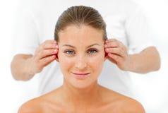Mulher carismática que tem uma massagem principal Imagem de Stock Royalty Free