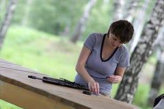 A mulher carrega a pistola pneumática Imagem de Stock Royalty Free