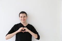Mulher casada feliz bonita que compartilha do coração foto de stock royalty free