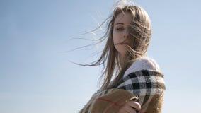 A mulher caucasiano adolescente nova bonita em um passeio da manta pensa Imagem de Stock