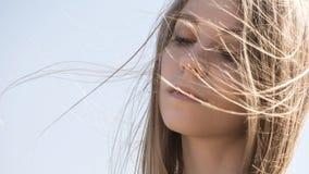 A mulher caucasiano adolescente nova bonita em um passeio da manta pensa Fotografia de Stock