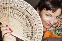 Mulher caucasiano alegre com um fã Fotografia de Stock Royalty Free