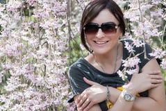 Mulher caucasiano alegre sob a árvore de florescência Fotos de Stock Royalty Free