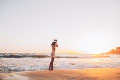A mulher caucasiano anda ao longo do litoral bonito Foto de Stock