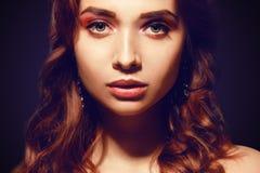 Mulher caucasiano bonita com cabelo encaracolado marrom curto Retrato de uma menina adulta consideravelmente nova Cara 'sexy' de  fotografia de stock royalty free