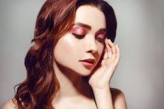 Mulher caucasiano bonita com cabelo encaracolado marrom curto Retrato de uma menina adulta consideravelmente nova Cara 'sexy' de  fotos de stock