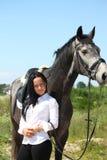 Mulher caucasiano bonita e retrato cinzento do cavalo Imagem de Stock Royalty Free