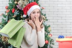 A mulher caucasiano bonita está guardando sacos de compras verdes com feliz imagens de stock