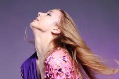 Mulher caucasiano bonita no vestido elegante cor-de-rosa Fotografia de Stock Royalty Free