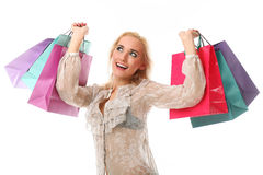 A mulher caucasiano bonita nova guardara sacos de compras coloridos e Foto de Stock Royalty Free