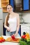 Mulher caucasiano bonita nova na cozinha imagens de stock royalty free