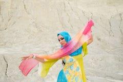 Mulher caucasiano bonita nova que levanta no traje árabe na dança de um quarto vazia do deserto fotos de stock royalty free
