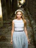 Mulher caucasiano bonita que anda abaixo de um trajeto de pedra imagem de stock royalty free