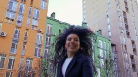 A mulher caucasiano bonita salta na rua em slowmotion video estoque
