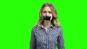 Mulher caucasiano com a boca coberta com a fita filme