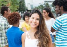 Mulher caucasiano com grande grupo de estudantes internacionais Foto de Stock Royalty Free
