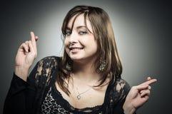 Mulher caucasiano com seus dedos cruzados Imagens de Stock