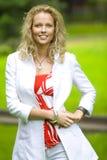 Mulher caucasiano de Smilling no parque Imagens de Stock Royalty Free