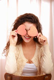 Mulher caucasiano de sorriso bonita com símbolo do coração fotos de stock