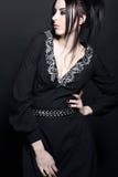 Mulher caucasiano em um vestido preto elegante fotos de stock royalty free