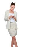 A mulher caucasiano feliz nova está chamando com um telefone celular Foto de Stock Royalty Free