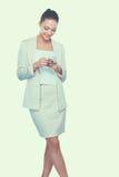 A mulher caucasiano feliz nova está chamando com um telefone celular Imagem de Stock