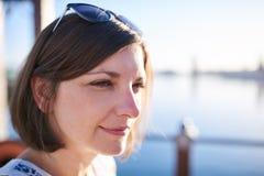 Mulher caucasiano madura bonita com o cabelo marrom que olha fora da câmera Fotografia de Stock