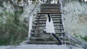 Mulher caucasiano nova bonita na dança contemporânea de dança ocasional fora Menina flexível nas caneleiras apertadas que dançam  video estoque