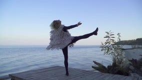 Mulher caucasiano nova bonita na roupa ocasional que dança a dança contemporânea fora Menina flexível em caneleiras apertadas video estoque