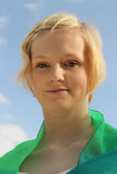 Mulher caucasiano nova contra o céu azul brilhante Fotos de Stock